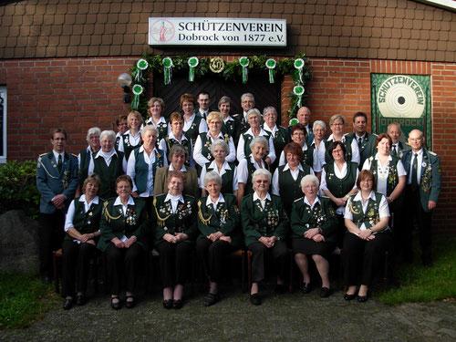 Erinnerungsfoto anlässlich der Feier des 40-jährigen Bestens der Damenabteilung des Schützenvereins Dobrock.