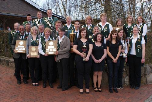 Siegreiche Mannschaften und Einzelschützen des Schützenjahres 2011-2012 Foto: Jäger