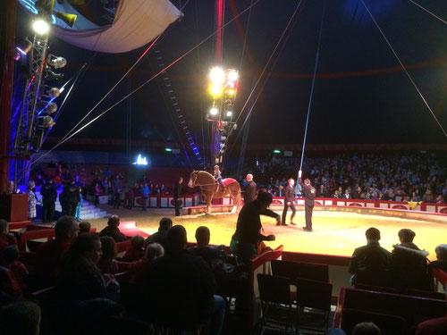 Fräulein Fahrtenschreiber auf dem Pferderücken in der Manege des Zirkus Krone