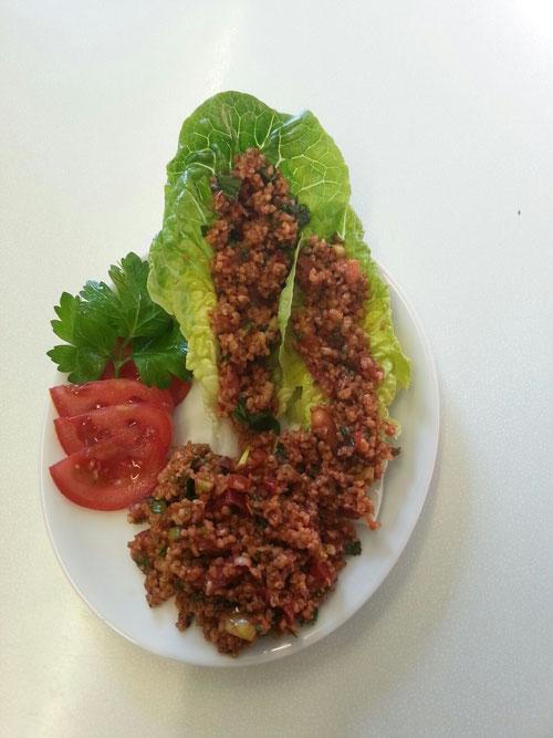 Kısır Weizen Salat mit frischen Kräutern und Gewürzen aus dem Orient