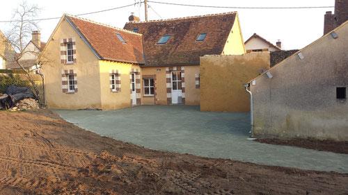 Terrassement d'un terrain à l'arrière d'une maison, cour en sable de concassage (photo)