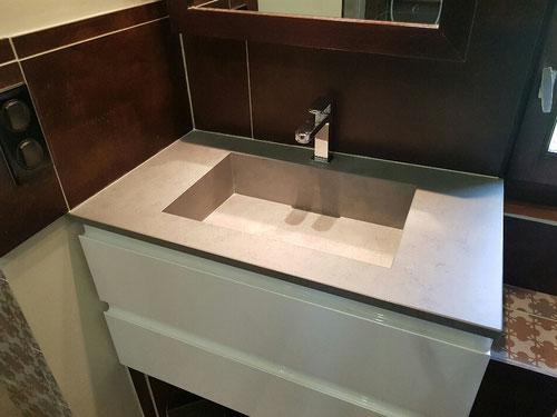 Pose meuble lavabo SaniJura de fabrication française, faïence et robinetterie