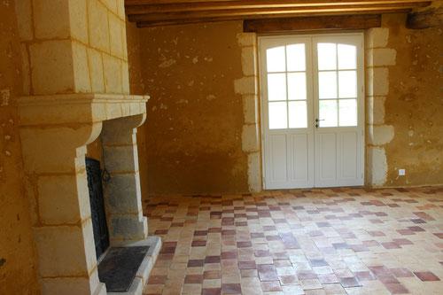 Cheminée paysanne en pierres de taille, porte fenêtre en pierre de taille