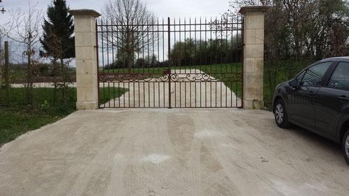 création chemin d'accés terrassé, finition en sable de concassage clair (photo)