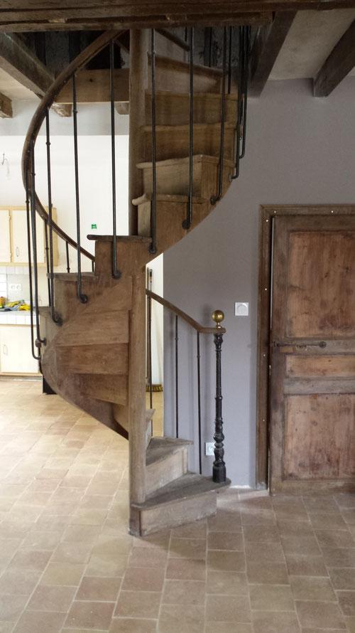 Escalier ancien en chêne en colimaçon, rampe acier vieilli et main courante en chêne (image)