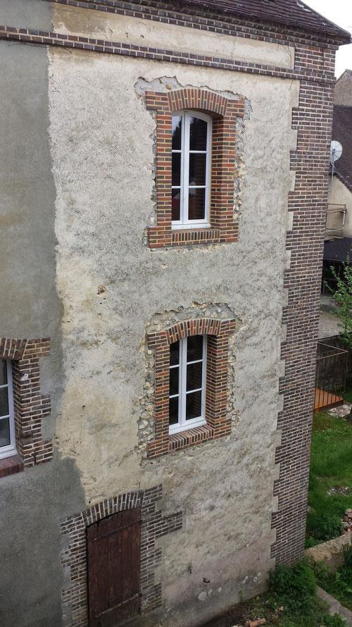 Fenêtres cintrées en maçonneries de petites briques de parement