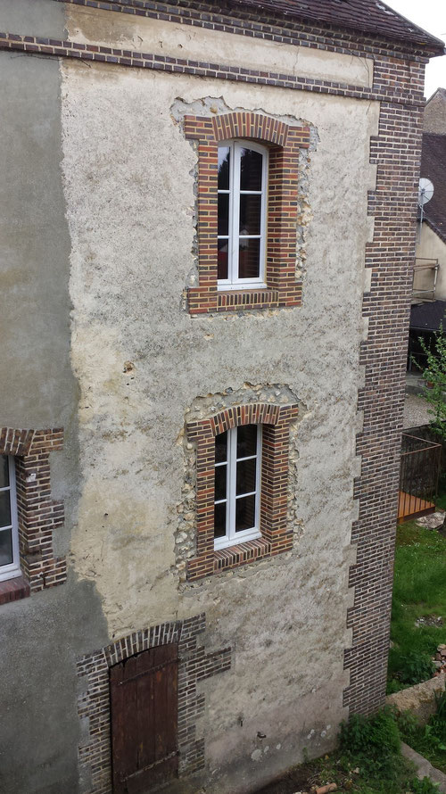 Fenêtres cintrées en maçonneries de petites briques de parement (image)