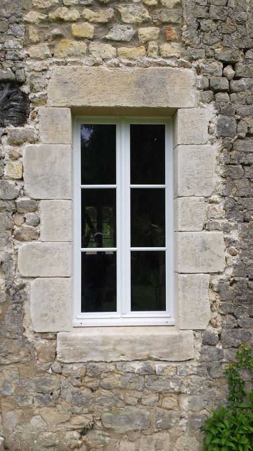 Fenêtre ouverture maçonnée en pierres de taille avec patine de vieillissement