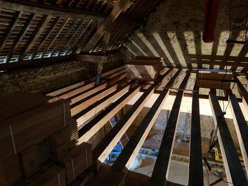 """Poutraison complète en chêne ressuyé, poutres """"sommier"""" section 45 x 48cm et solives 15 x 15cm. Poutres et solives rabotées sur place"""