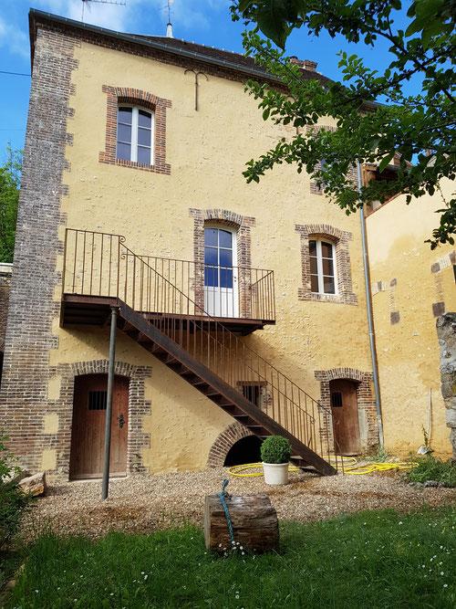 Fabrication installation balcon escalier en acier vieilli (image)