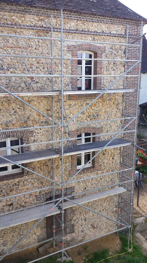 Piquetage de l'enduit existant et préparation de la façade pour son nouvel enduit de chaux maçonné (image)