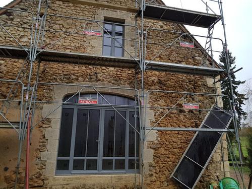 Ouverture en pignon : fenêtre pierres de taille 160 × 80 et grande ouverture en anse de panier H 2.60m x L 2.80 Pierres de taille vieillies avec patine
