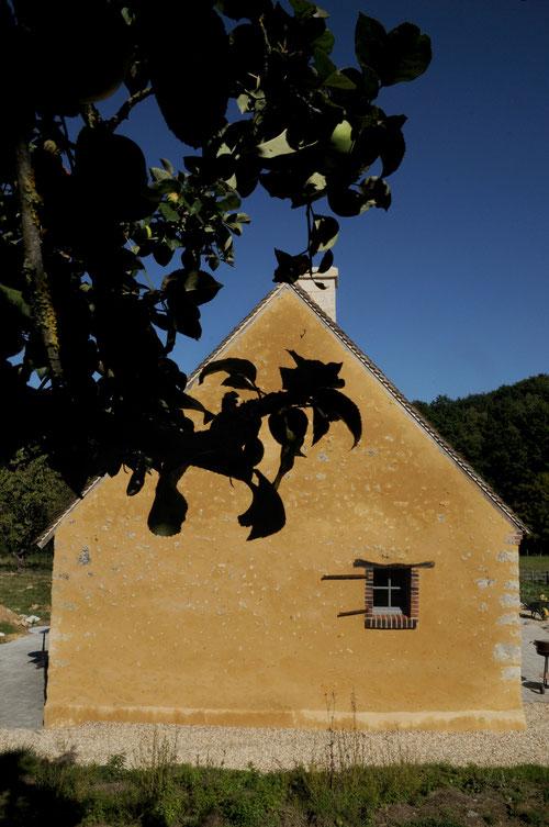 Pignon d'une maison paysanne percheronne et son enduit de chaux aérienne et sable percheron ocré fraichement terminé (image)