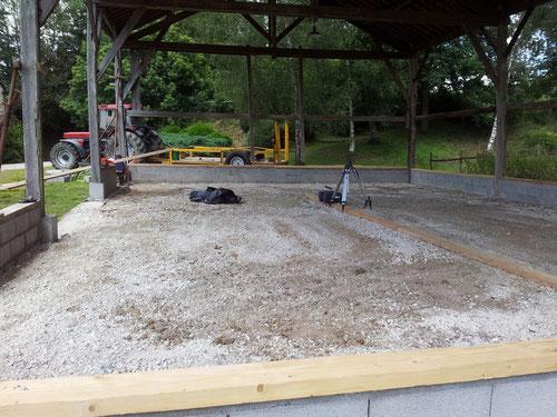 Terrassement d'une plate forme en tout-venant avant coulage d'une dalle de béton armé (photo)