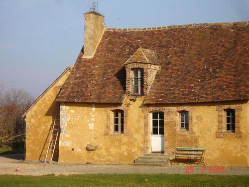 Petite maison ancienne et son enduit de mortier de chaux aérienne avec son sable ocré au Mage 61 (image)