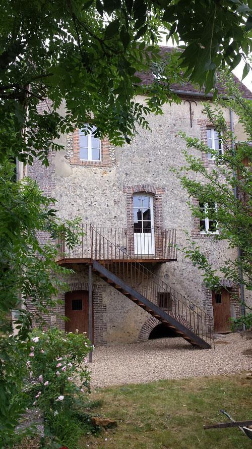 Escalier et balcon en acier brut vieilli, balustrade et rampe acier brut
