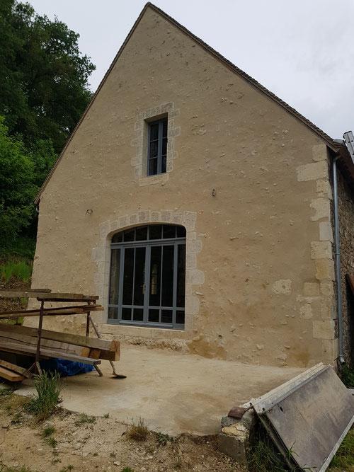 Pignon réalisé à l'enduit de chaux aérienne, menuiseries extérieures isolantes bois avec peinture de finition effectuée en usine (image)