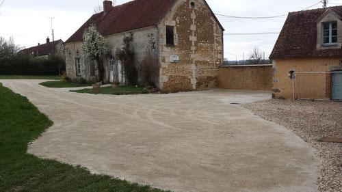 Création cour terrassée, finition en sable de concassage clair (photo)
