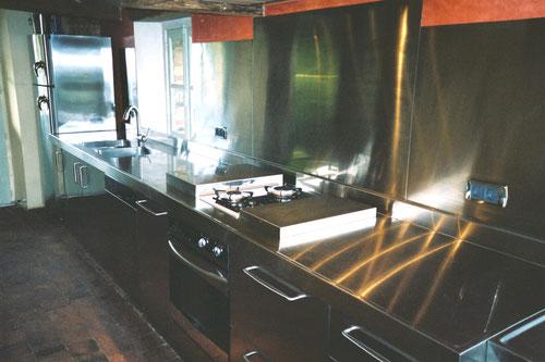 Cuisine tout en inox haute qualité, crédence en inox brossé avec pliage sur le dosseret (aucune infiltration, garantie à vie), capots en inox brossé pour recouvrements plaques de cuisson (image)