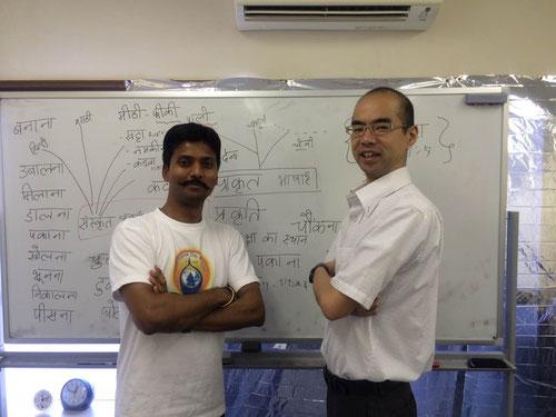 ヒンディー語全クラスを担当する桜井(右)と上級クラス担当のアーシュトーシュ・シン講師