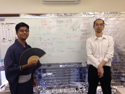 当塾が誇るカリスマヒンディー語講師(中上級クラス担当)兼ヨガの達人、アーシュトーシュ・シン先生(左)と桜井