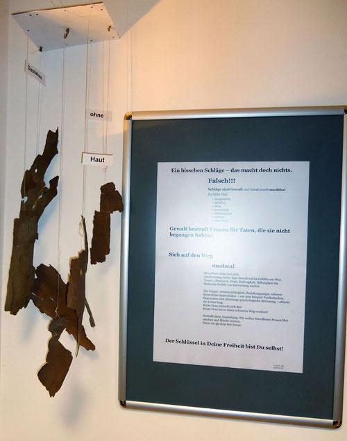 """Installation: Gewalt lässt Dich """"Dastehen ohne Haut"""""""