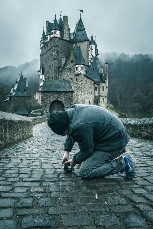 Fotografiertier Christoph sucht die spektakulärste Ansicht der Burg Eltz