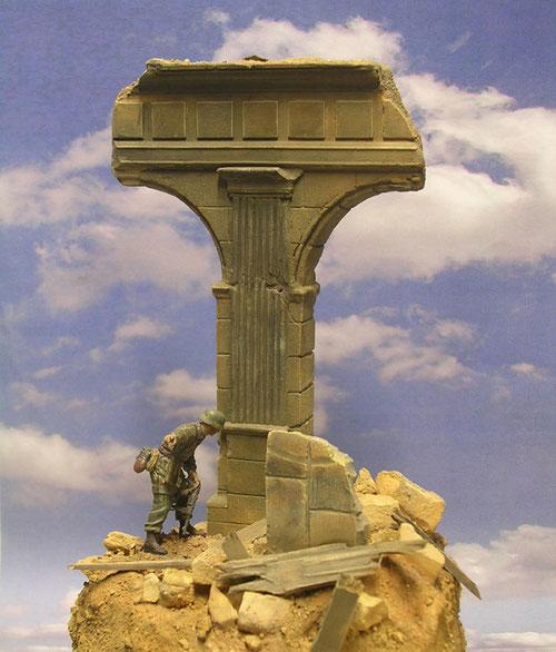 Beeindruckend die Ruinensäule - wie ein Mahnmal in Kreuzform