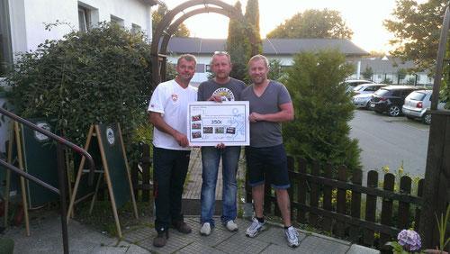 Scheckübergabe der Organisatoren (v.l.n.r. Mario Gödickmeier, Jens Bachmann) an den Jugendleiter des SV Fortuna Niederwürschnitz (Sascha Helfricht)
