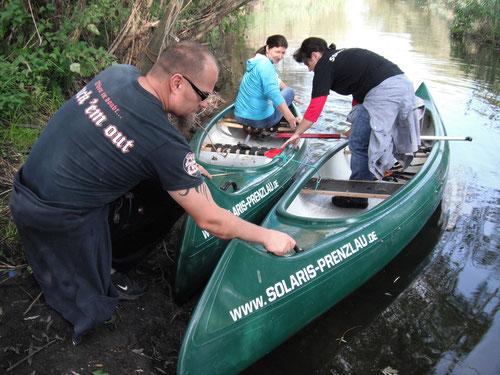 Holger sichert die Boote beim Ausstieg