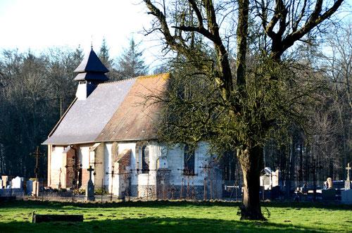L'église de Forest l'Abbaye, vue de la route principale qui traverse la forêt