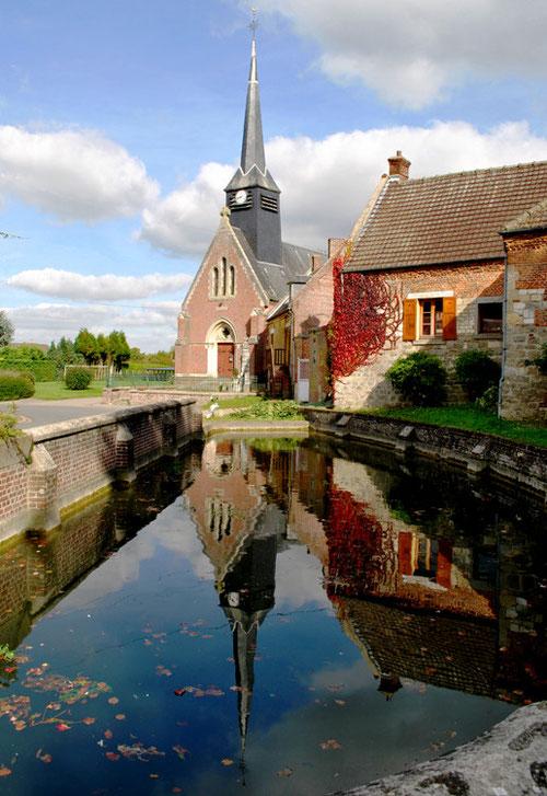 L'église et la mare de Bus-la-Mésière