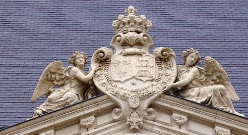Au fronton central de l'Hôtel de Berny
