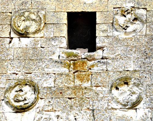 Les quatre sculptures sur le clocher de Ribemont-sur-Ancre