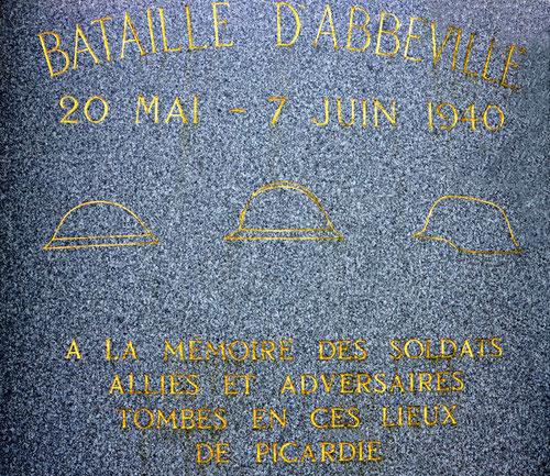 Détail du monument d'Huppy: les casques français, anglais et allemand