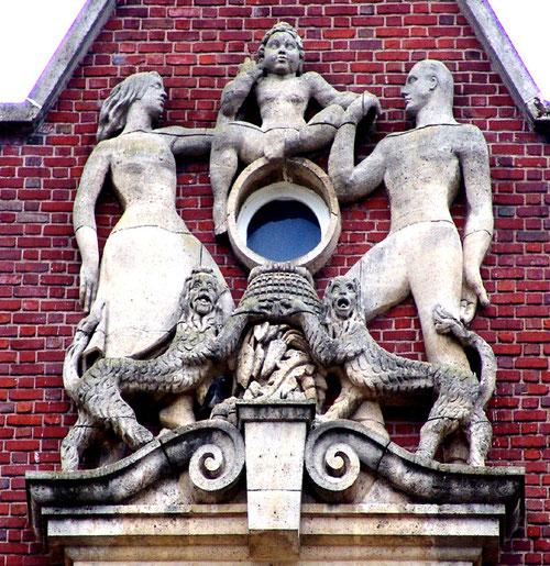 Sculpture place René Goblet à l'angle de la rue Allart et de la rue des Trois Cailloux