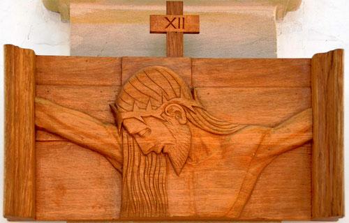 Station XII: Jésus est cloué sur la croix