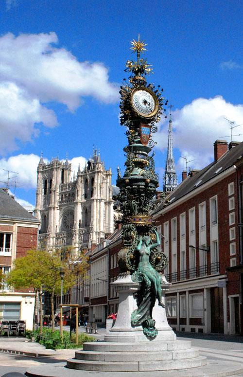 L'horloge Dewailly avec Marie sans chemise entre la façade et la flèche de la Cathédrale