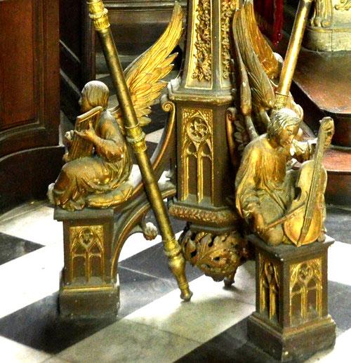 Sur le trépied sont posés trois anges musiciens