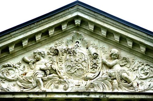 Fronton de la façade nord-ouest