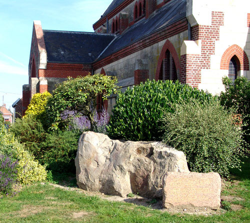 Le grès de Saint-Martin devant l'église d'Assevillers