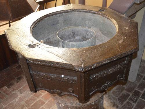 Intérieur de la cuve des fonts de l'église de Maisnières