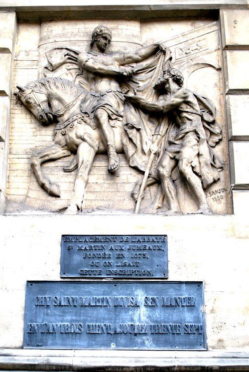 rue Lesueur, sur les murs du Palais de Justice: saint Martin partage son manteau