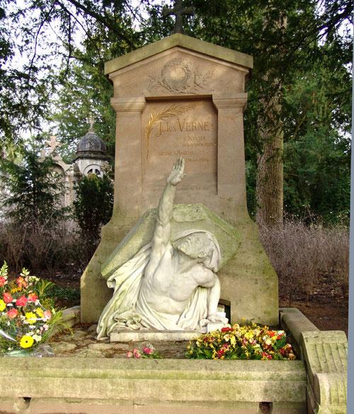 La tombe de Jules Verne au cimetière de la Madeleine à Amiens