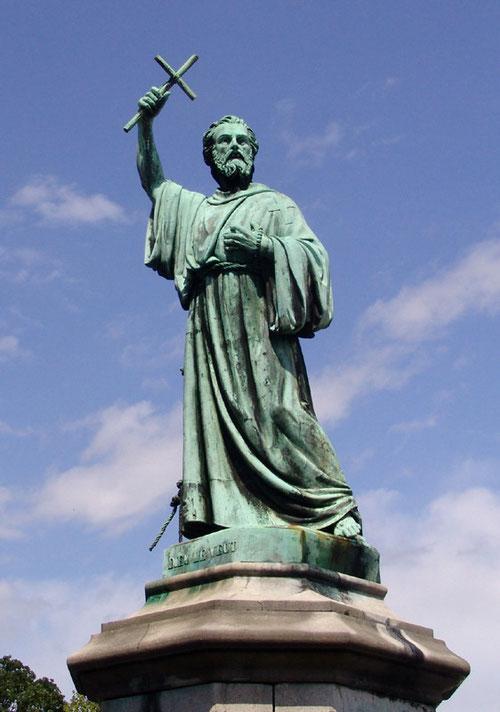 """Statue de Pierre l'Ermite- Place St-Michel à Amiens avec cette inscription sur le socle: """"Dieu le veut""""."""