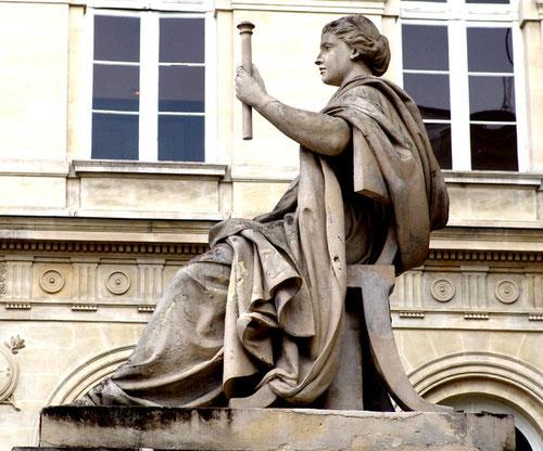 Le Droit, statue vue de profil