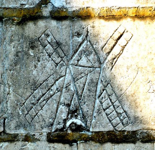 Sur le mur de l'ancien cimetière près de  l'église de Boussicourt (canton de Montdidier)