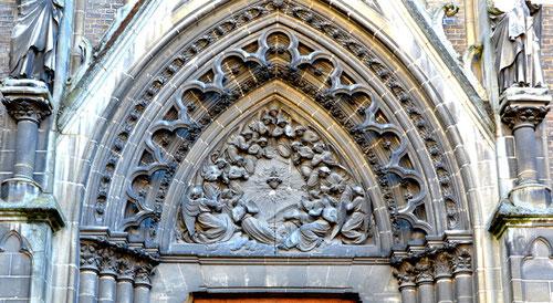 Rue de l'Oratoire-  Le tympan de la chapelle- Amiens