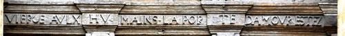 A l'extérieur de la Collégiale , la même inscription sur les deux vantaux de la porte centrale