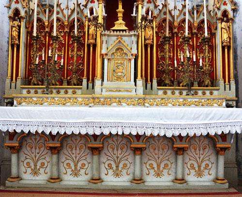 L'EGLISE de Le Quesnel : église Saint léger. L-autel-sculpt%C3%A9-par-les-fr%C3%A8res-duthoit